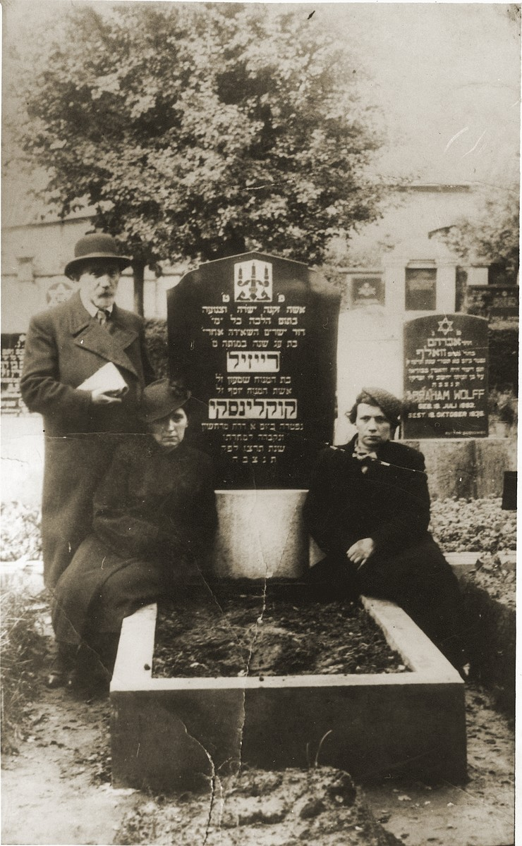 Family gathers around the grave of Raizel Kuklinska.  Pictured left to right are Avraham Kuklinska, Leah Kuklinska and Ester Kuklinska Einfeld.