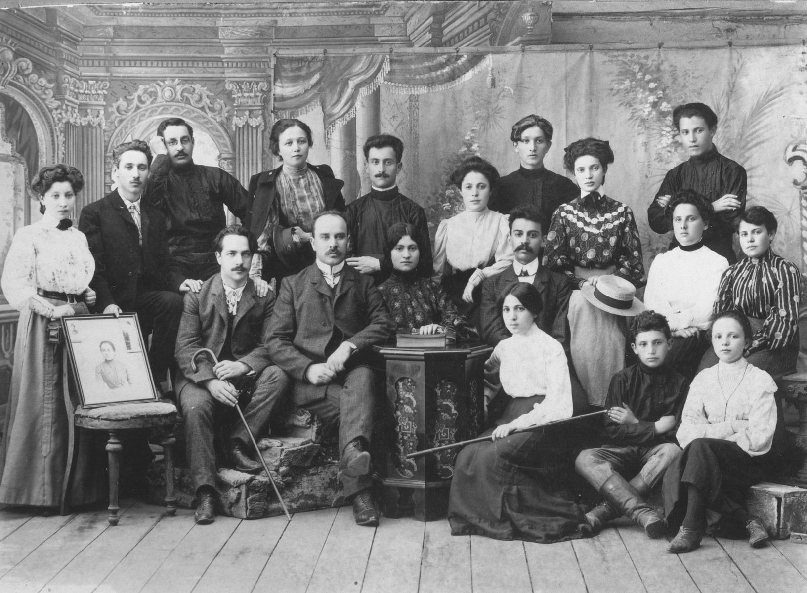 Group portrait of the Tec family in Baranovichi.