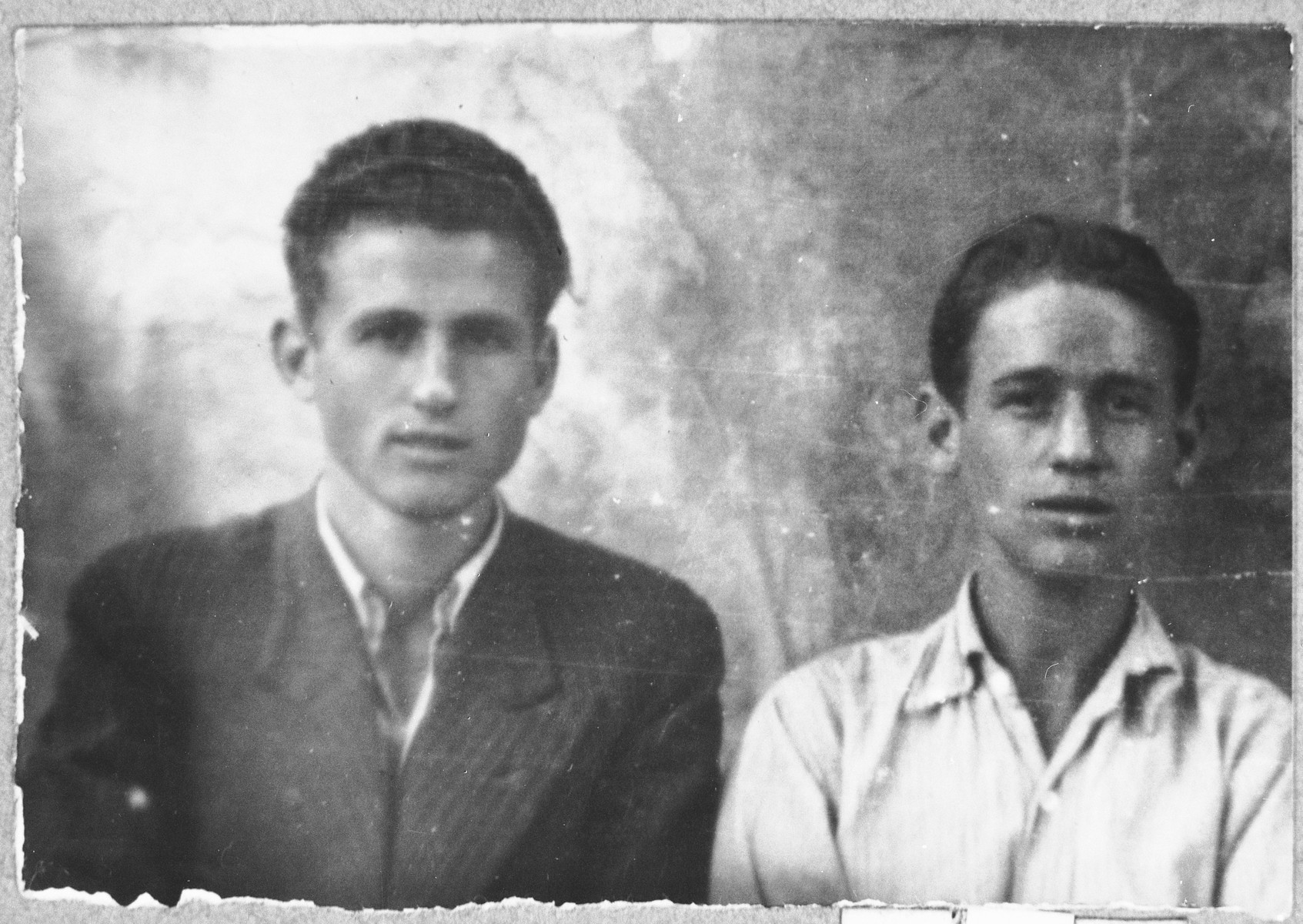 Portrait of Rachamin and Baruch Koen, sons of Eliau Koen.  Rachamin was a laborer and Baruch, a student.  They lived at Avliya 4 in Bitola.