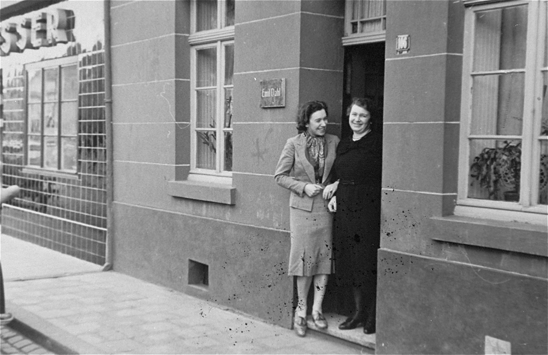 The donor, Ilse Dahl and her mother pose at the entrance to their home in Geilenkirchen, Germany.