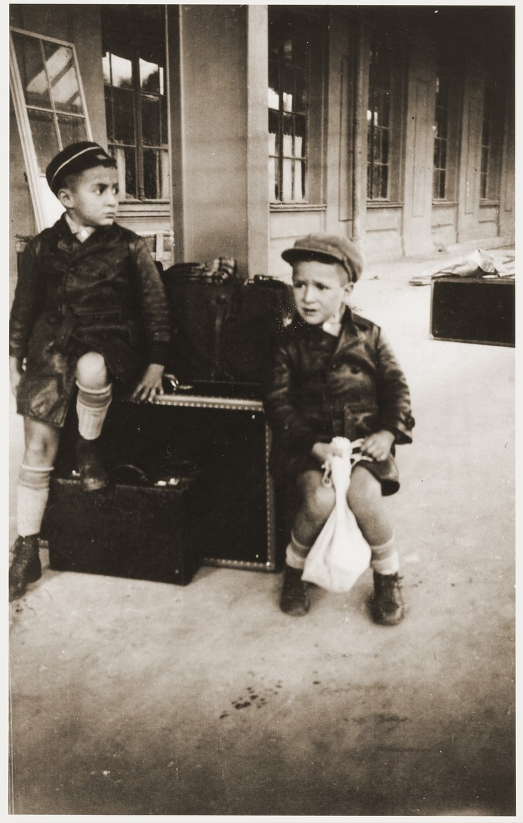 Binyamin and Amos Rabinovitch at the Kaunas train station.