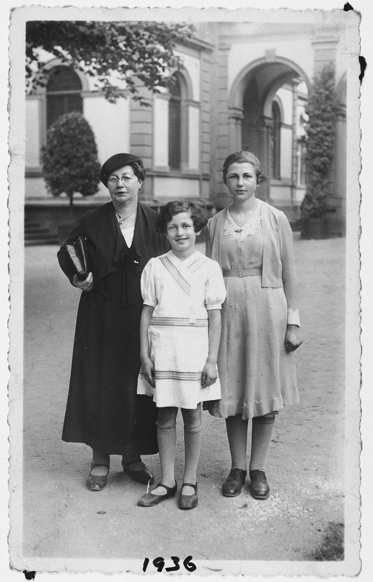 Portrait of a German-Jewish woman and her two daughters.  From left to right are Martha Farntrog, Miri and Trudel.