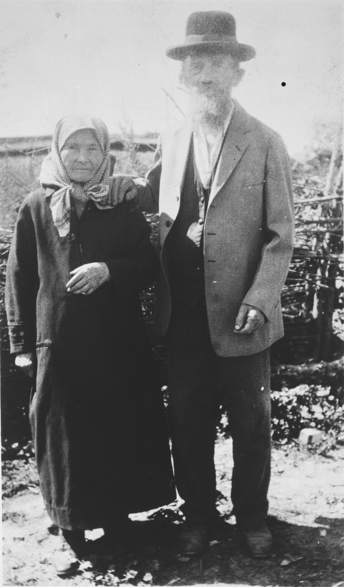 Portrait of Yetta Beila Gutman and her brother Leib Schumer.
