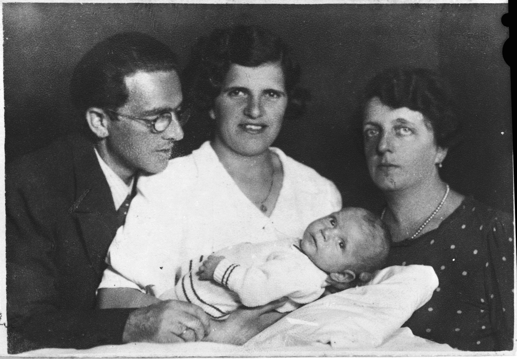 Portrait of Oskar and Berta Fiedler with their infant son, Harry.