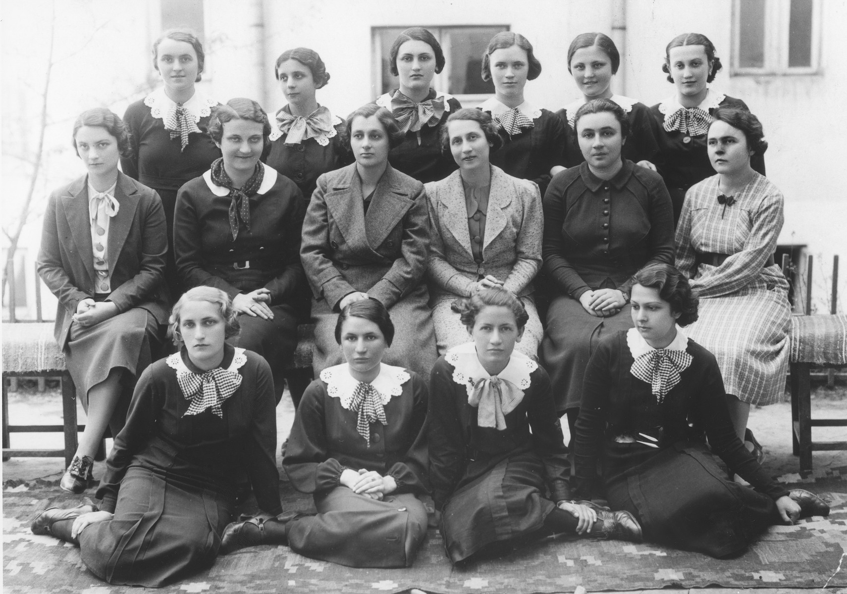 Lotte Gottfried (front row, left) and her graduating class at the Hoffmann gymnasium in Czernowitz.