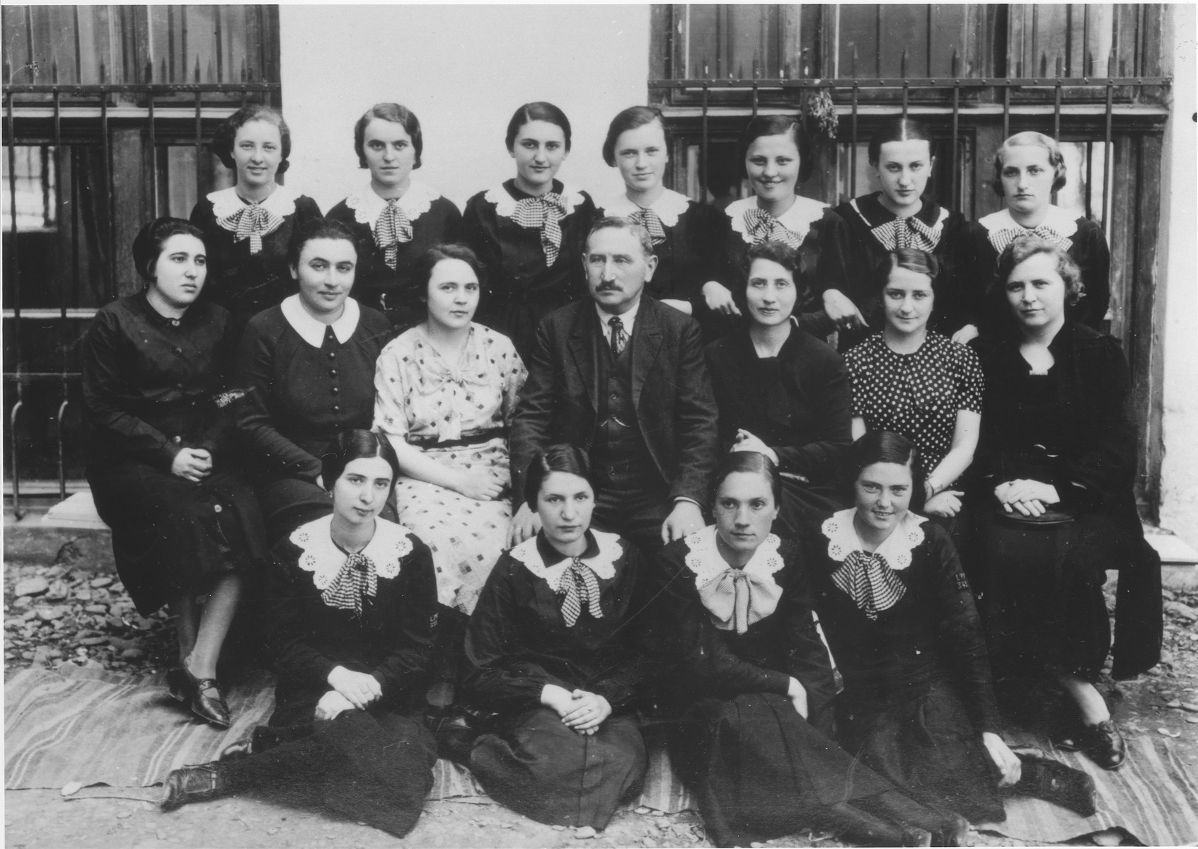 Lotte Gottfried (top row, right) with her classmates at the Hoffman gymnasium in Czernowitz.