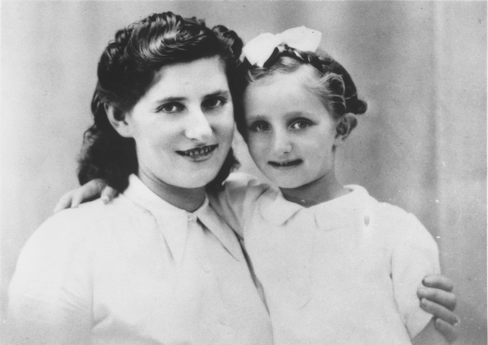 Portrait of Estera Bielinski with her daughter Françoise while living in Pau, France.