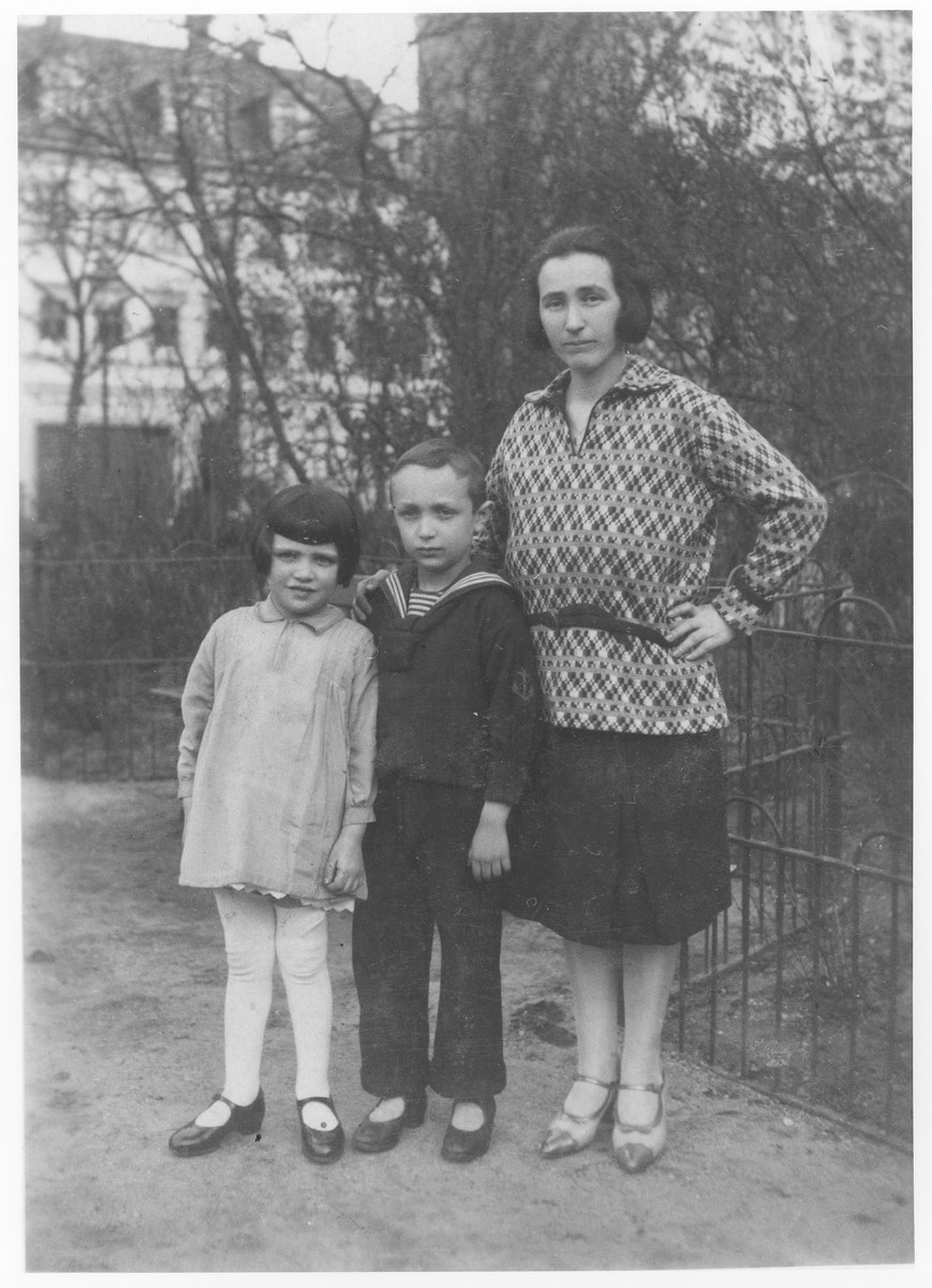Hinda Rose Soldinger stands in a garden with her two children, Edgar David and Ida.