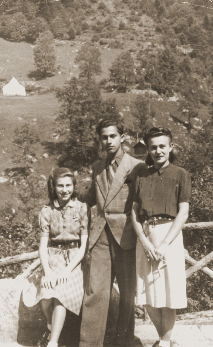 Leo Bretholz poses with Netty and Anny Frajermauer in the village of Cauterets.