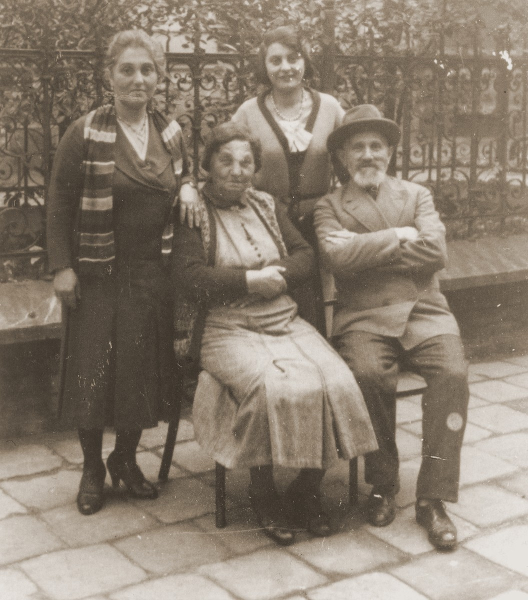 Members of the Fischman family in Czestochowa.  Seated from left to right are Chana Sara Fischmann and Isaak Fischmann; standing from left to right are, Karola Toper and Chaya Fischmann.