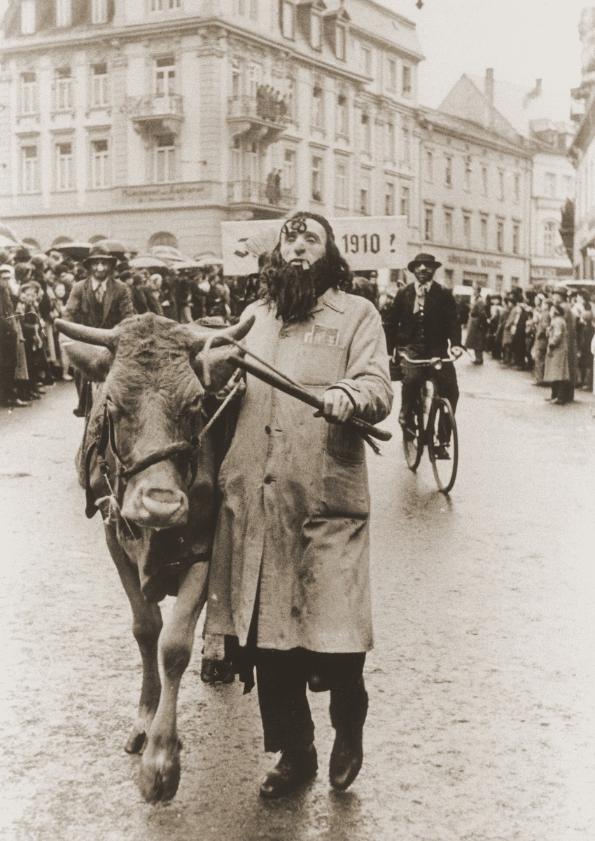 A troupe of actors in a carnival parade parodies Jewish life in Germany.