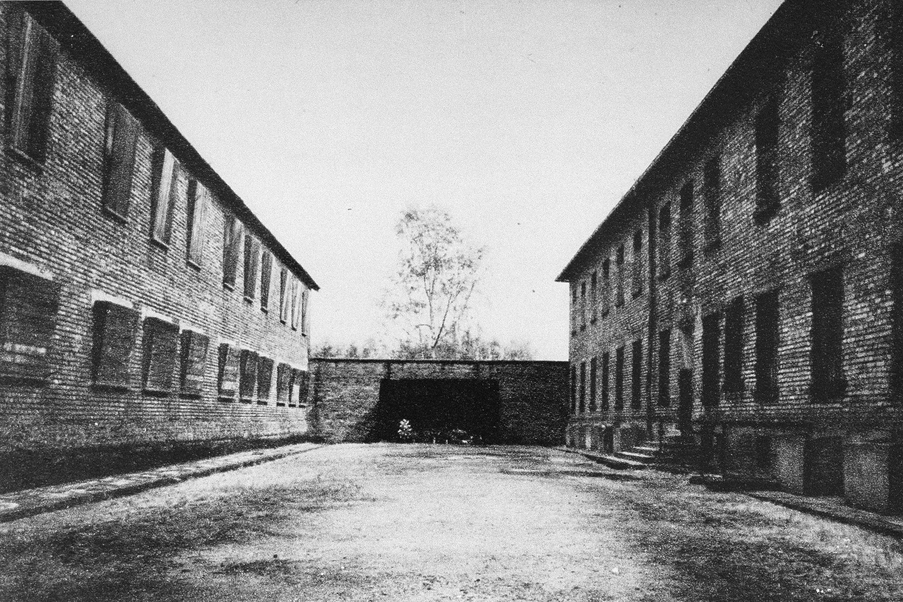 View of the execution wall next to Block 11 in the Auschwitz I camp after liberation. The original wall was dismanteled in February 1944. This photo is thought to most likely have been taken in late 1946 or early 1947.