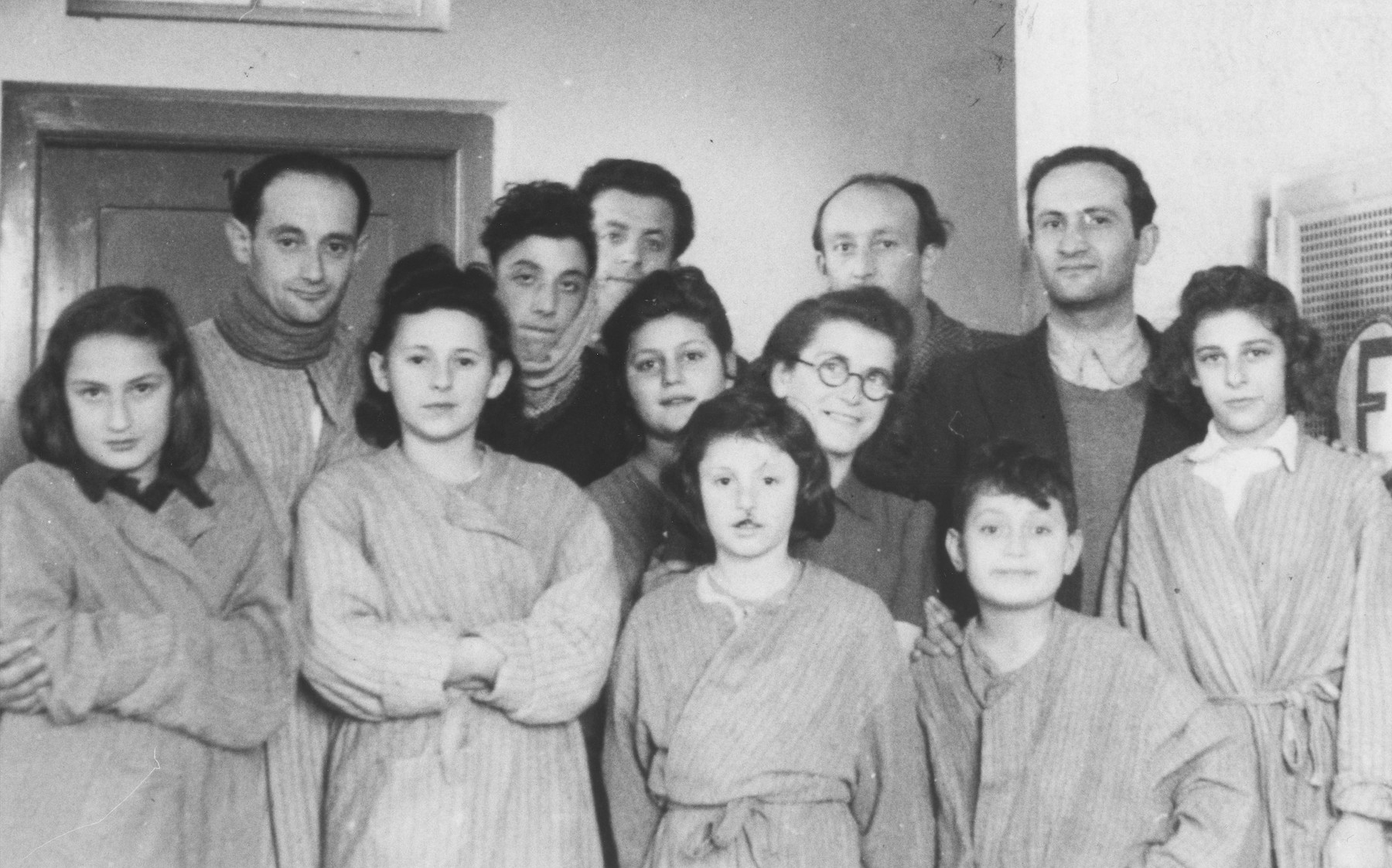 Group portrait of Jewish DP children in a hospital in Ulm Dornstadt.  Among those pictured is Yona Kunstler (on the far right) and her cousin, Stefa Grossman (on the far left).