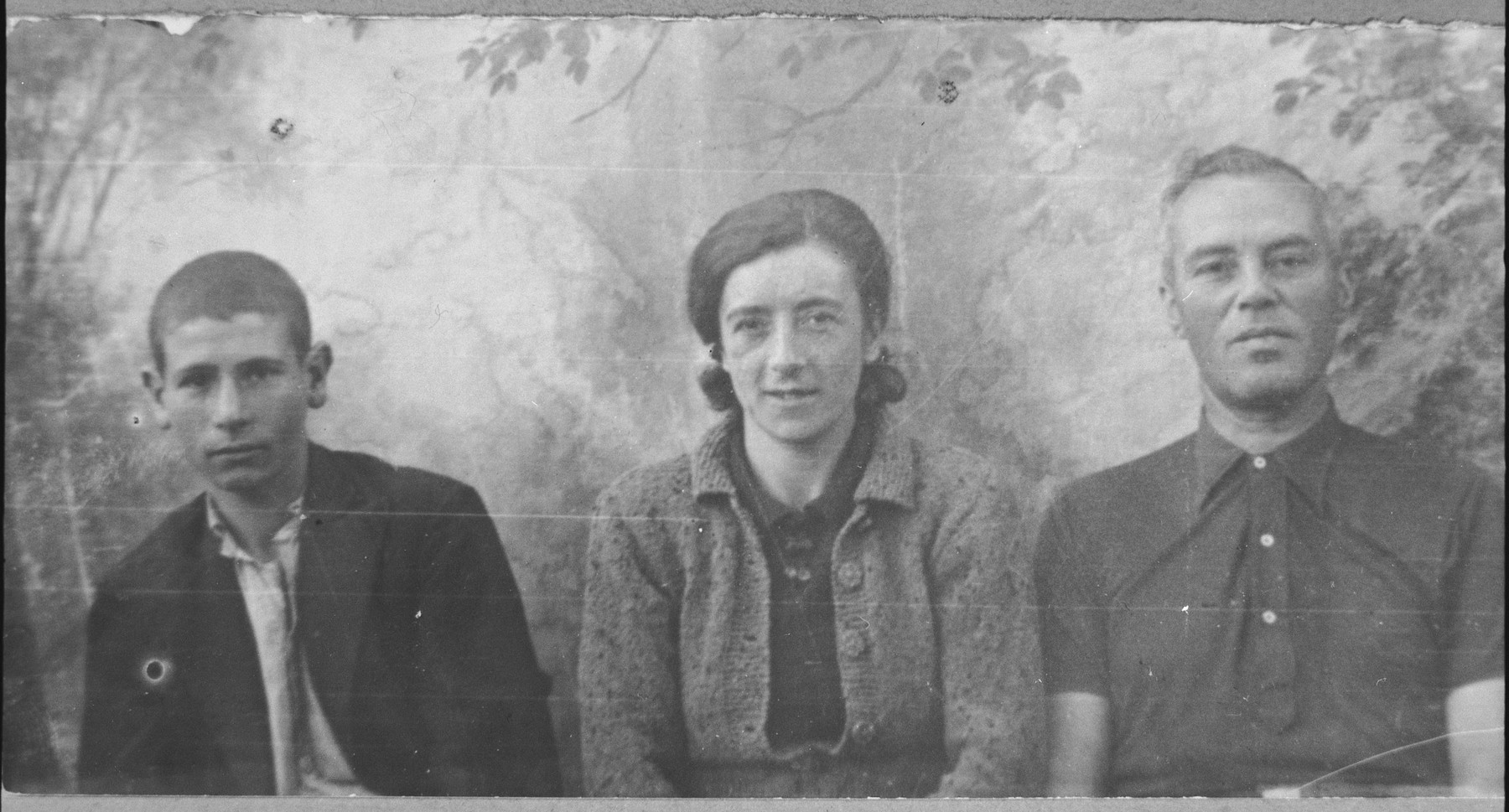 Portrait of Mayo Aroesti, son of Mishulam Aroesti, his wife, Vida, and his son, Edy.  Edy was a student.  They lived at Dr. Raisa 141 in Bitola.