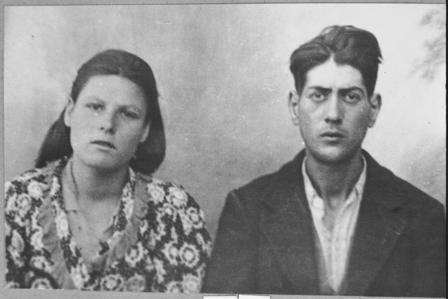 Portrait of Solomon Albocher, son of Yosef Albocher, and his wife, Reina.  Solomon was a greengrocer.  They lived at Gligora 28 in Bitola.