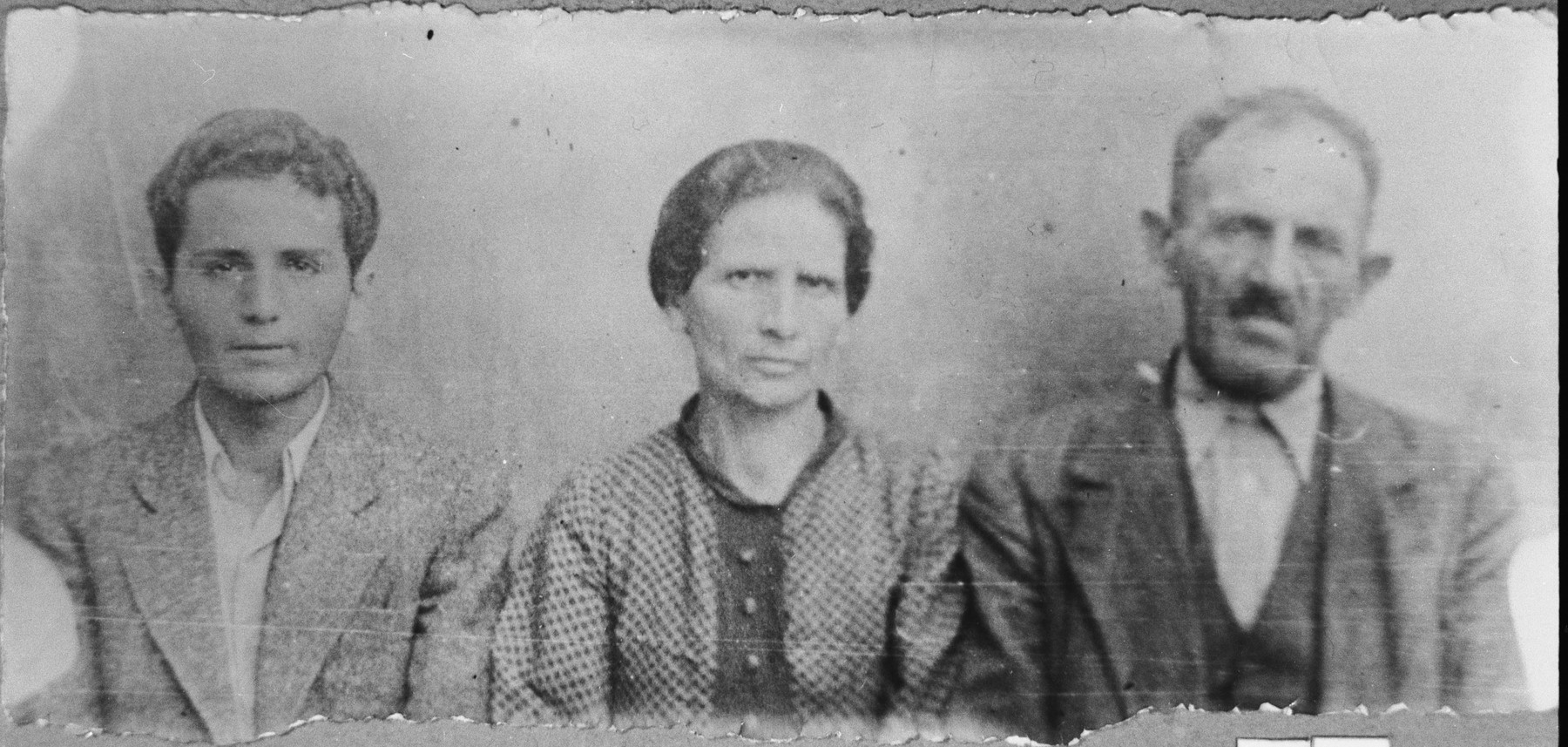 Portrait of Aron Aroesti, his wife, Dona, and his son, Albert.  Aron was a miller and Albert, a patcher.  They lived at Karagoryeva 58.