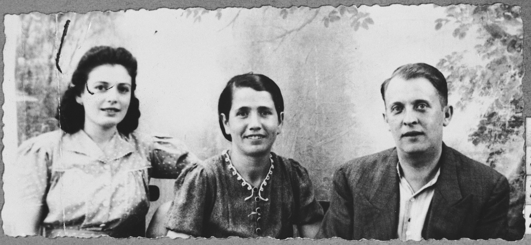 Portrait of Lazar Ischach, son of Yosef Ischach, his wife Sara, and his daughter Alegra.  Lazar was a grocer and Alegra, a student.  They lived at Drinksa 77 in Bitola.