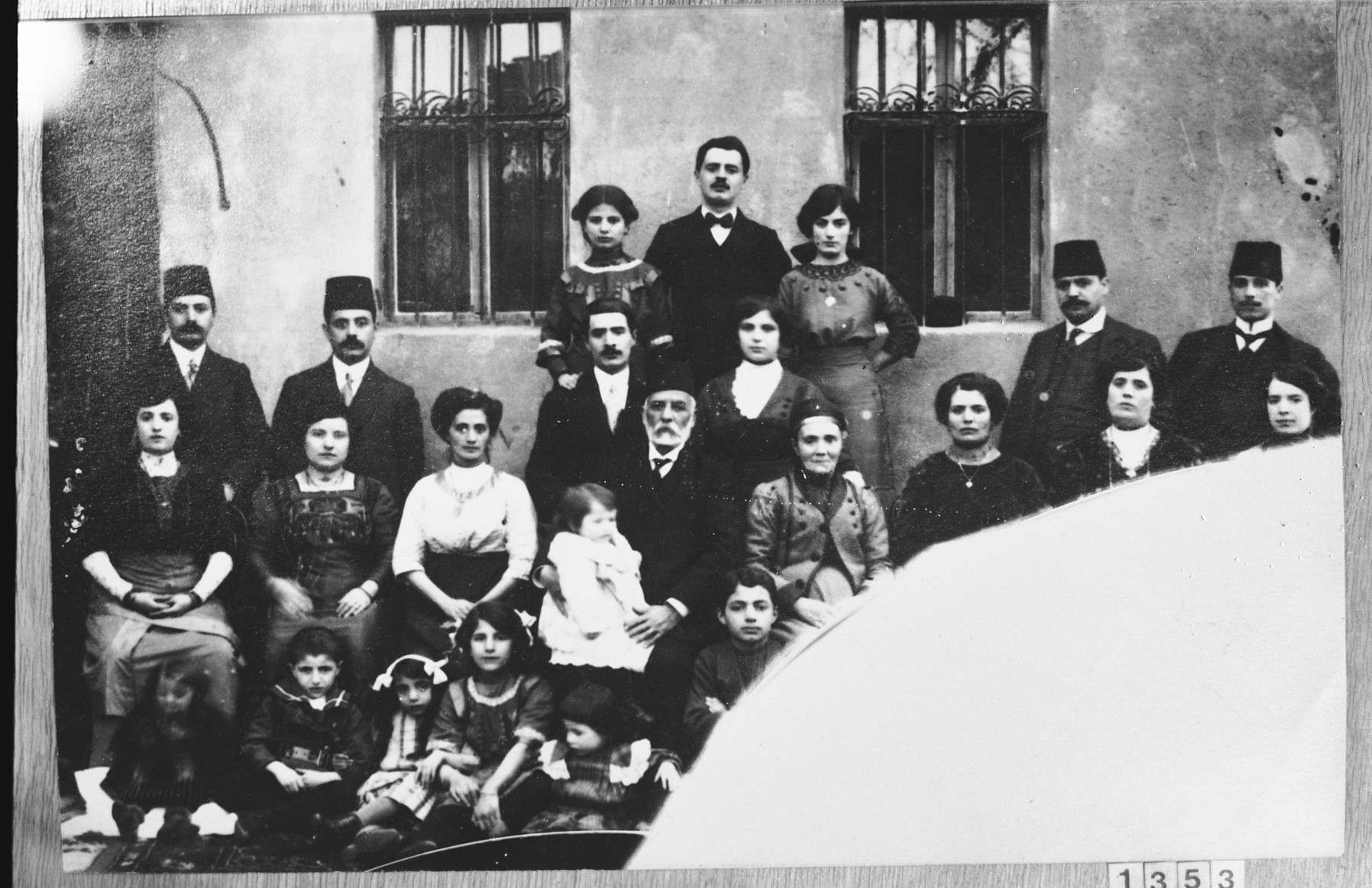 Group portrait of the extended family of Salamon Kolonomos.