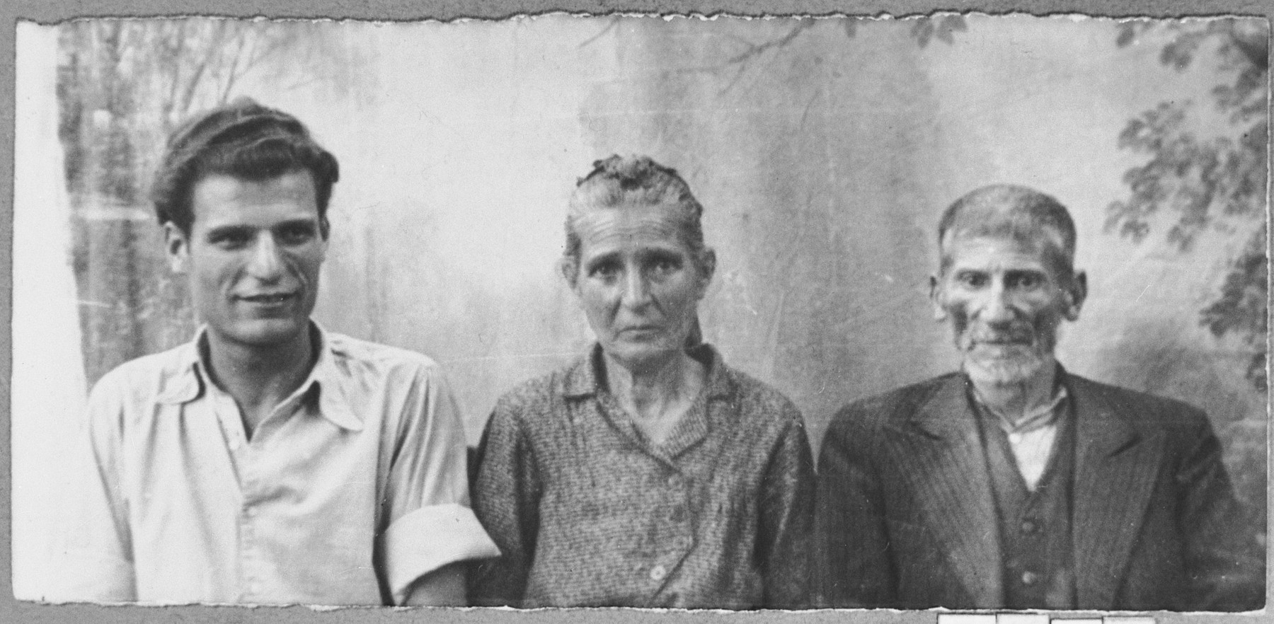 Portrait of Isak (D.) Hasson, his wife, Estrea, and his son, Pepo.  Isak and Pepo were millers.  They lived at Dalmatinska 49 in Bitola.