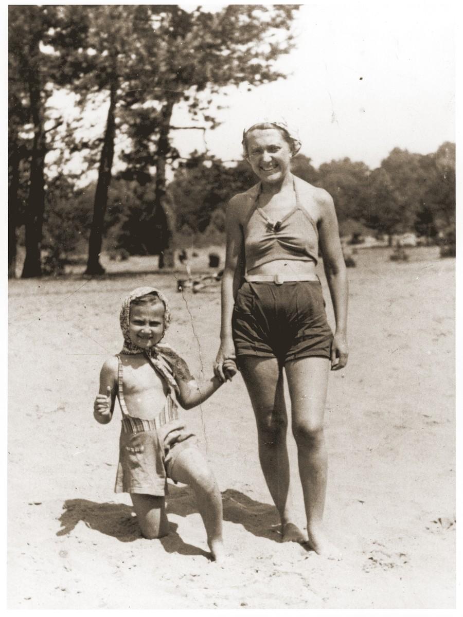 Nacha Broda and her niece Salusia Goldblum vacationing in Zarki.