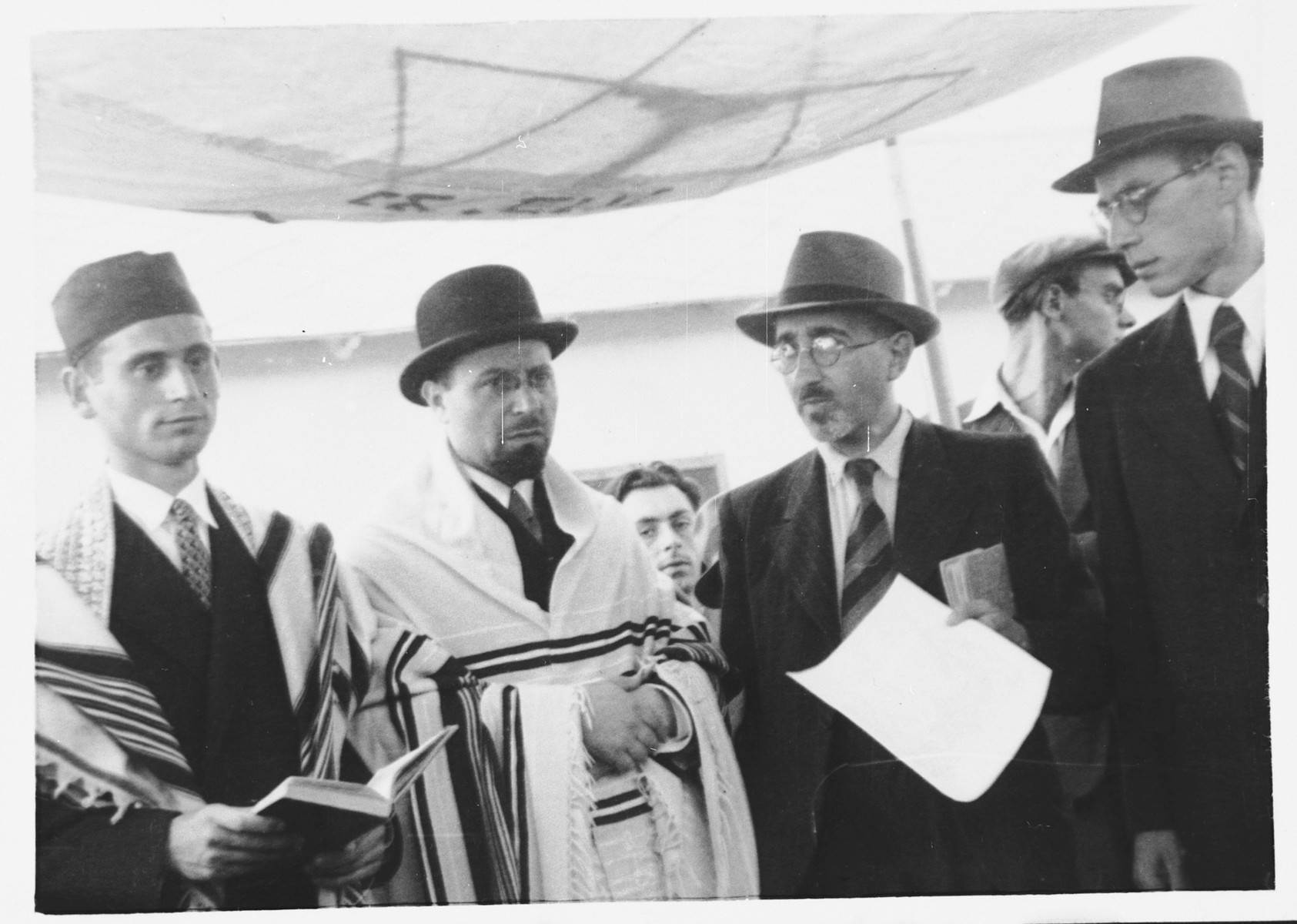 Rabbi Riccardo Pacifici performs a wedding in the Ferramonti camp.