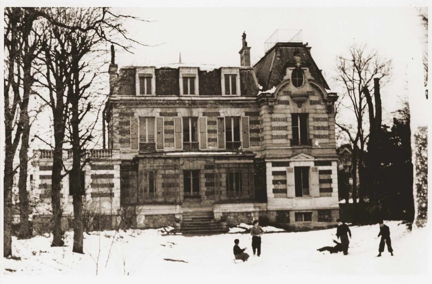 Jewish DP youth play in the snow outside the OSE (Oeuvre de Secours aux Enfants) children's home in Le Vésinet.