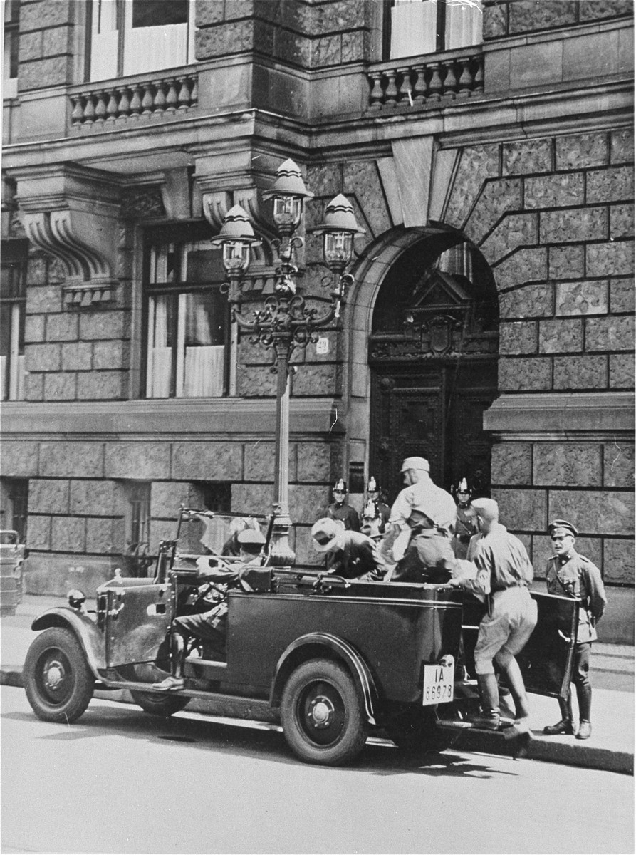 The arrest of an unidentified man by the SA in front of the headquarters of the Deutsche Nationale Volkspartei (DNVP) [the right-wing nationalist party] in Berlin.  The entrance to the building is blocked by police.