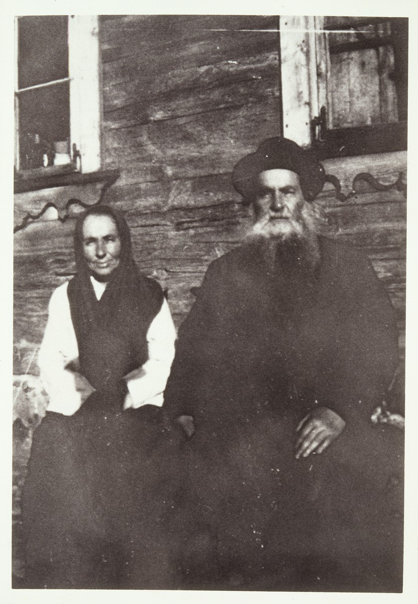 Reb Zvi Hersh Moszczenik and wife Gelle sit outside their home in Eisiskes.