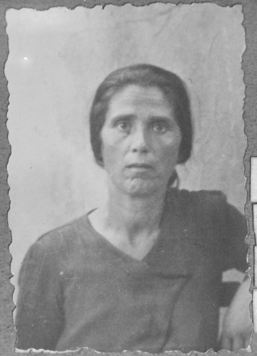 Portrait of Sara Todelano, wife of [Yakov Todelano].  She lived at Asadbegova 16 in Bitola.
