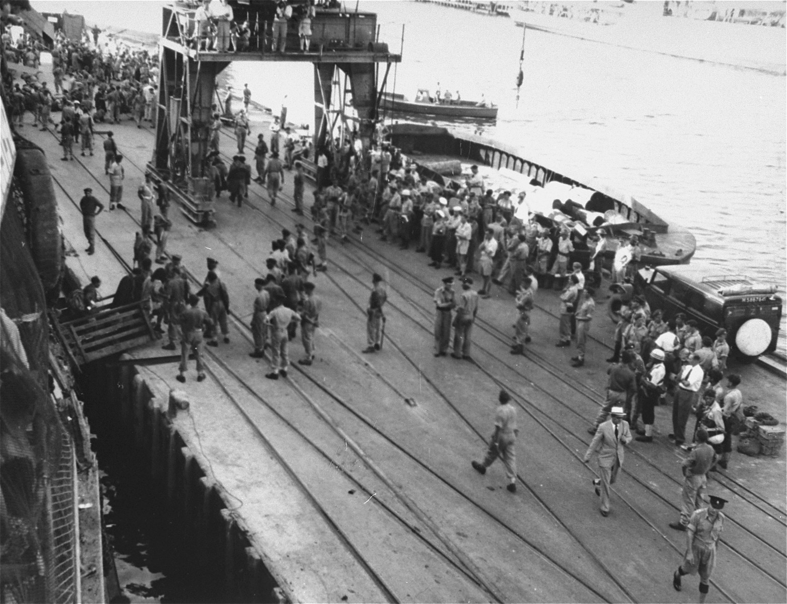 British soldiers transfer Jewish refugees from the Exodus 1947 to the deportation ships.