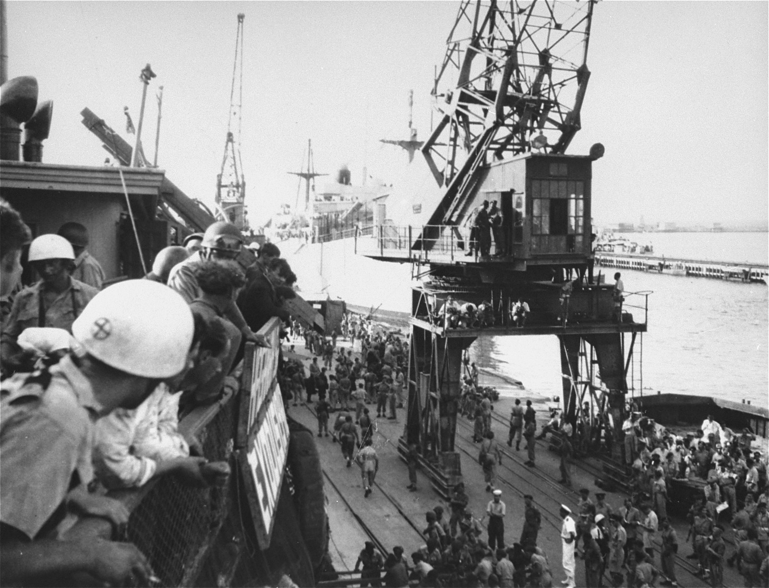 British soldiers transfer the refugees from the Exodus 1947 to the deportation ships.