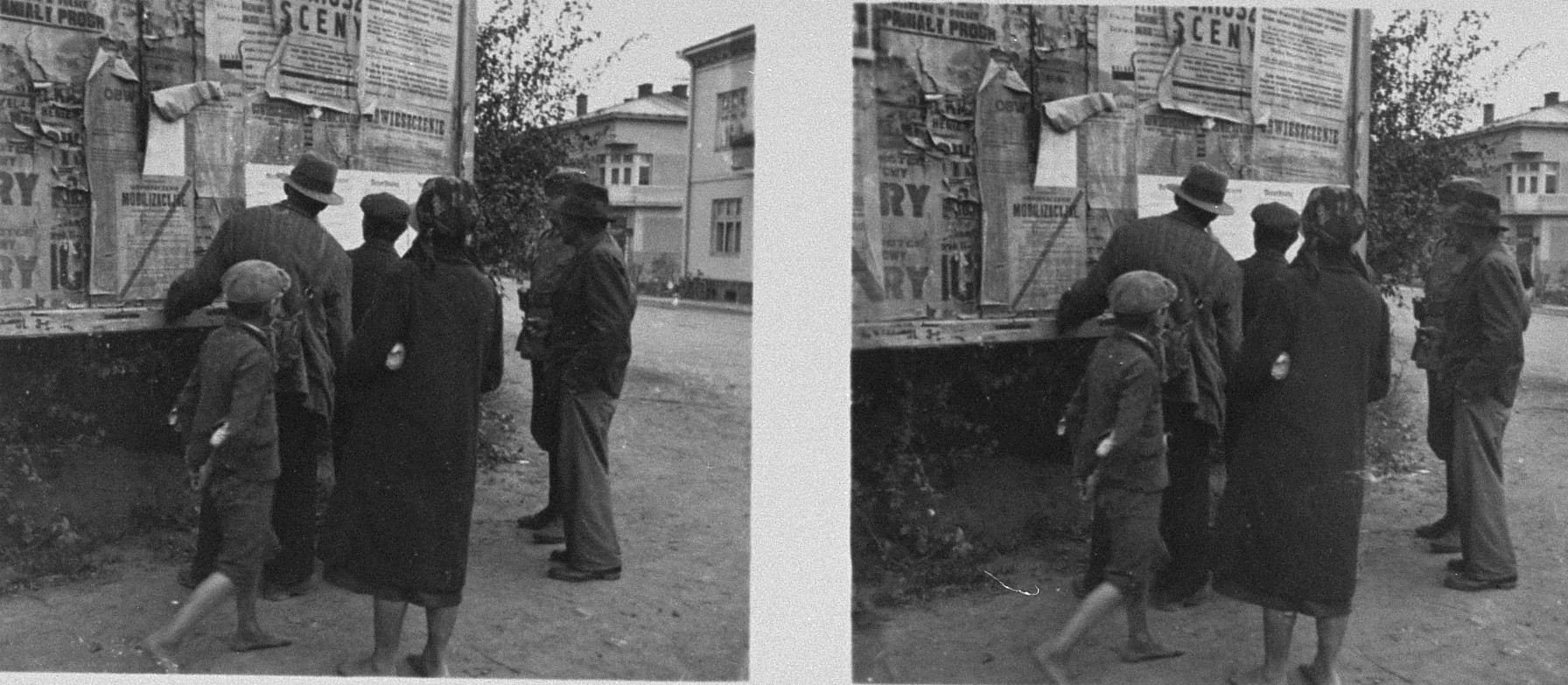 Stereoscopic photograph of Polish civilians reading the first announcements posted by German occupation authorities.