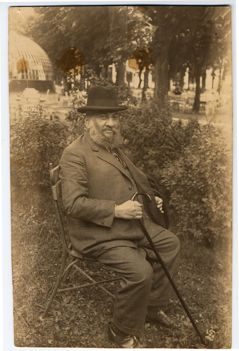 Portrait of an elderly Jewish man seated in a park in Vienna, Austria.  Pictured is the brother of Feiga Lechtman and the uncle of Sioma Lechtman.