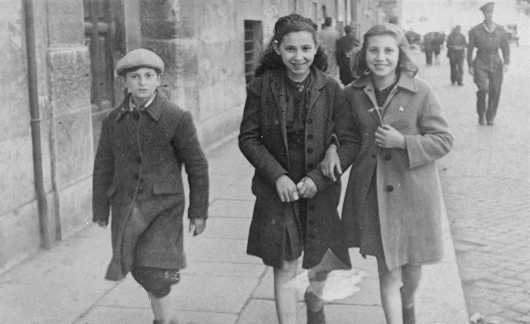 Hanna Rawicz (middle) walks along a street in Rome with two friends.