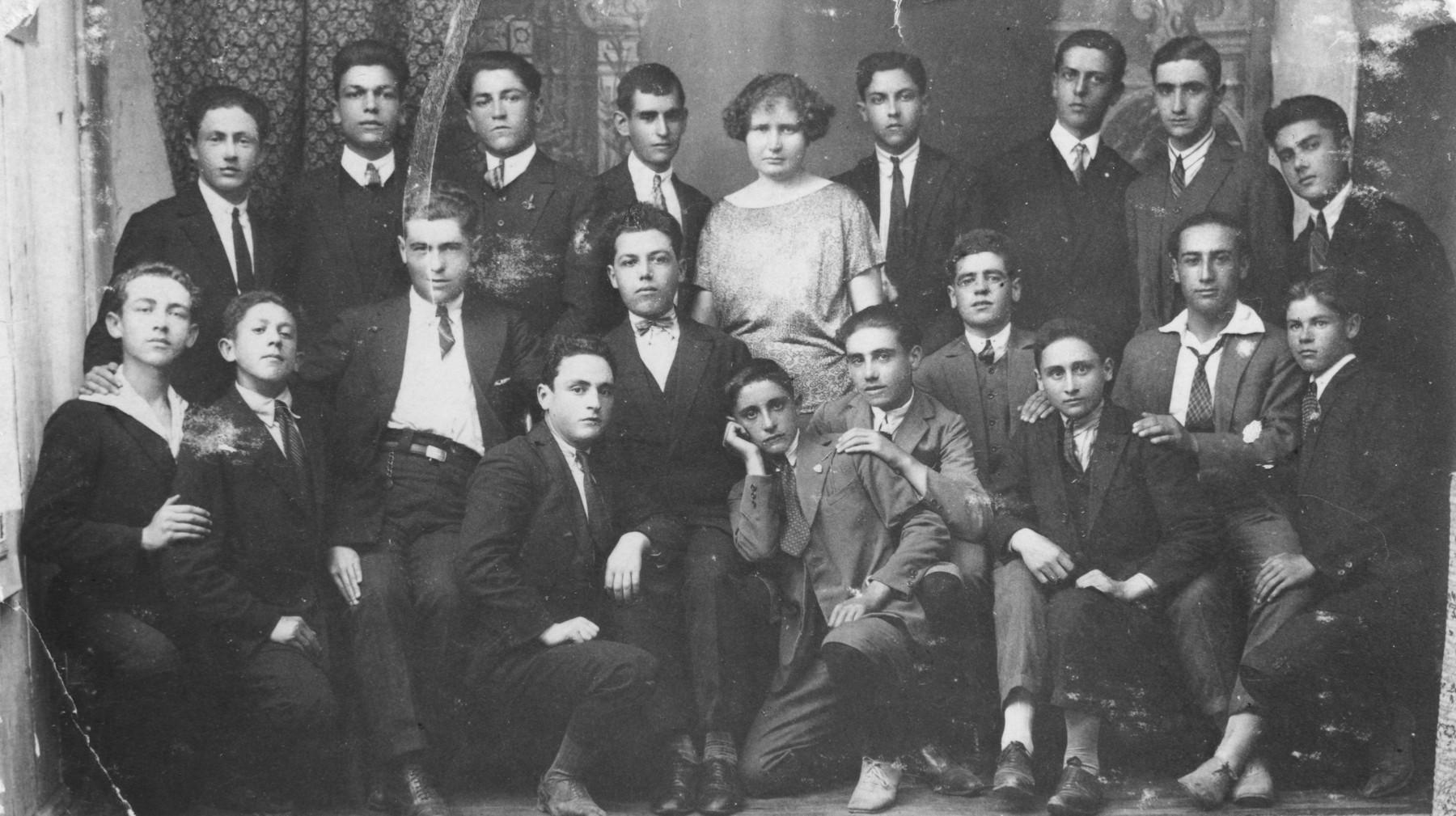 A group portait of Macedonian Jewish young men women.