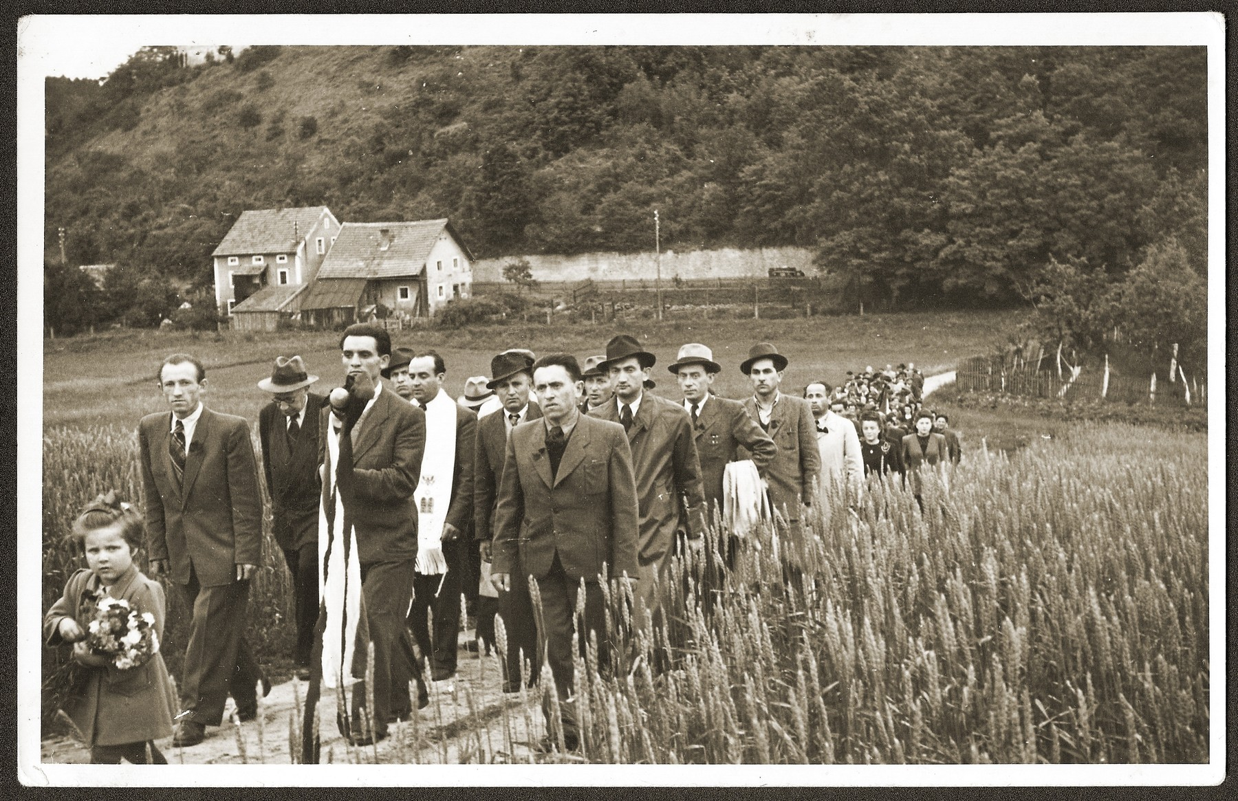Mania Sztajnman leads a procession of DPs to the Jewish cemetery near Woerth an der Donau, where they will hold a memorial service.