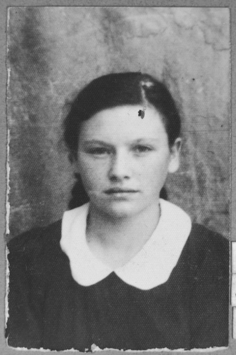 Portrait of Buena Nachmias, daughter of Yakov Nachmias.  She was a waitress.  She lived on Orisarska 6 in Bitola.