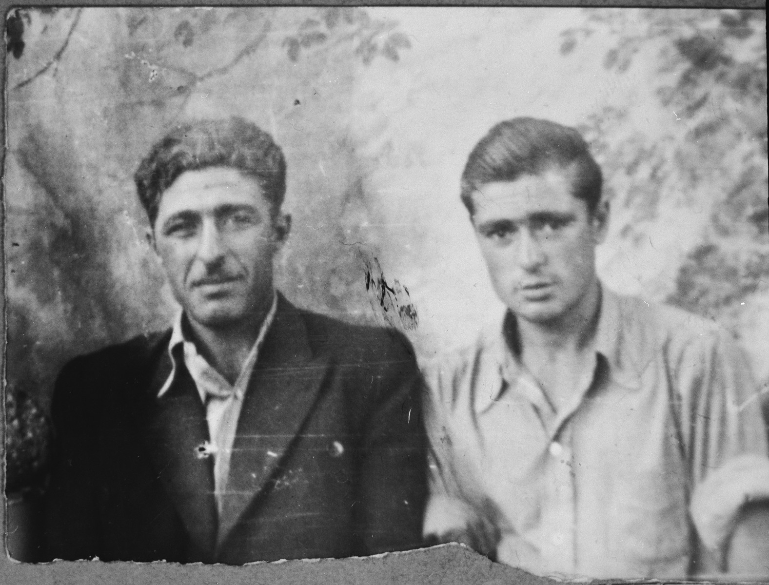 Portrait of Gabriel and Eli Mishulam, sons of Benzion Mishulam.  Gabriel was a laborer and Eli, a student.  They lived at Orizarska 7 in Bitola.