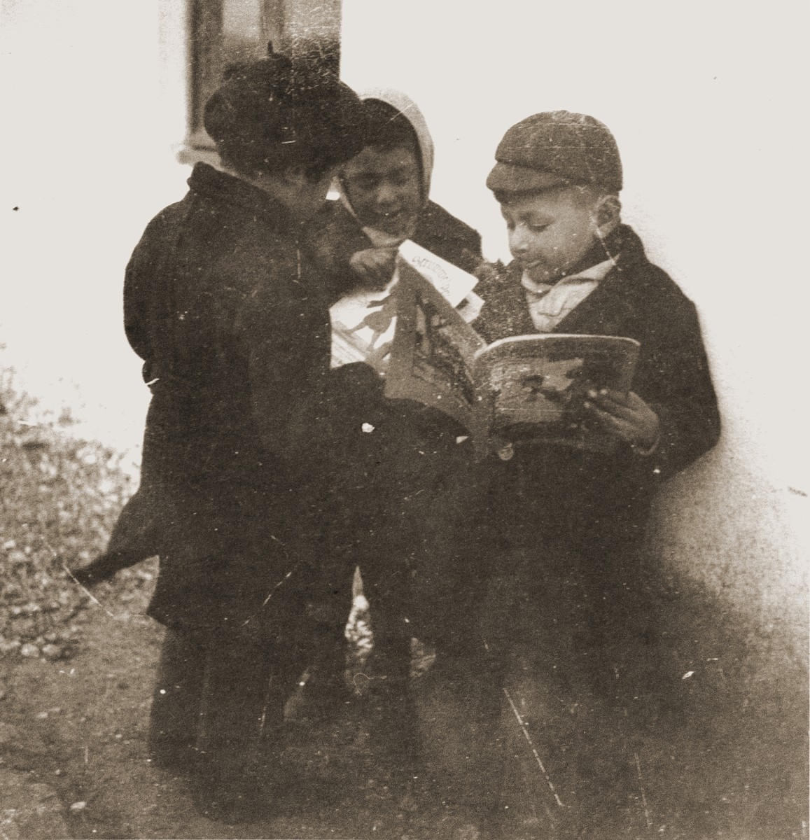 Children at the Rivesaltes internment camp share a book provided by the Secours Suisse aux enfants.
