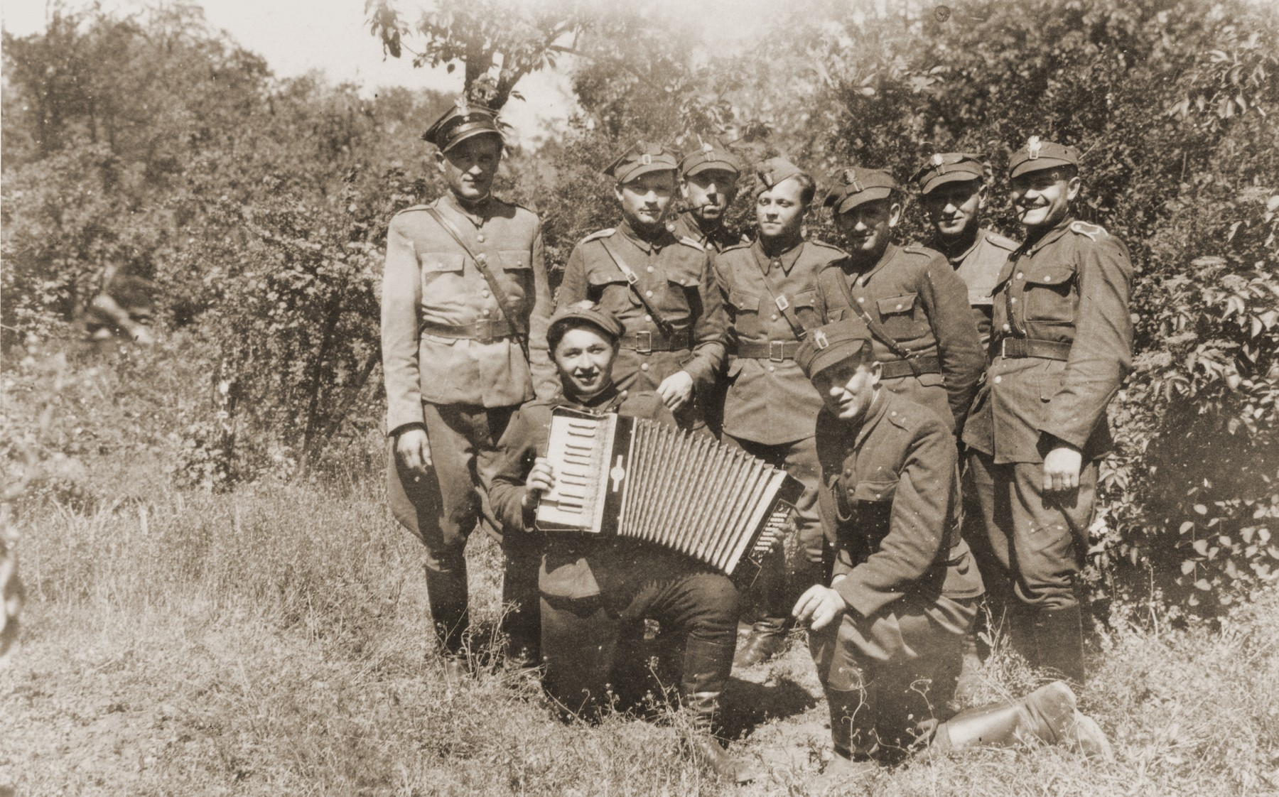 Group portrait of soldiers in the Polish Berling Army.   Among those pictured are two Jewish soldiers: Henryk Lanceter (standing third from the right) and Marian Kaufman (standing second from the left).