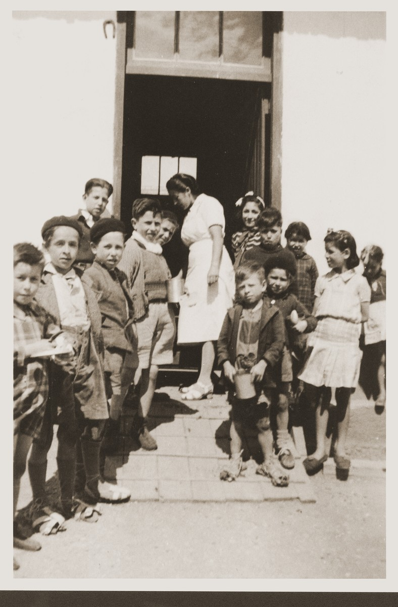 Children await the distribution of special rations from the Secours Suisse aux enfants.
