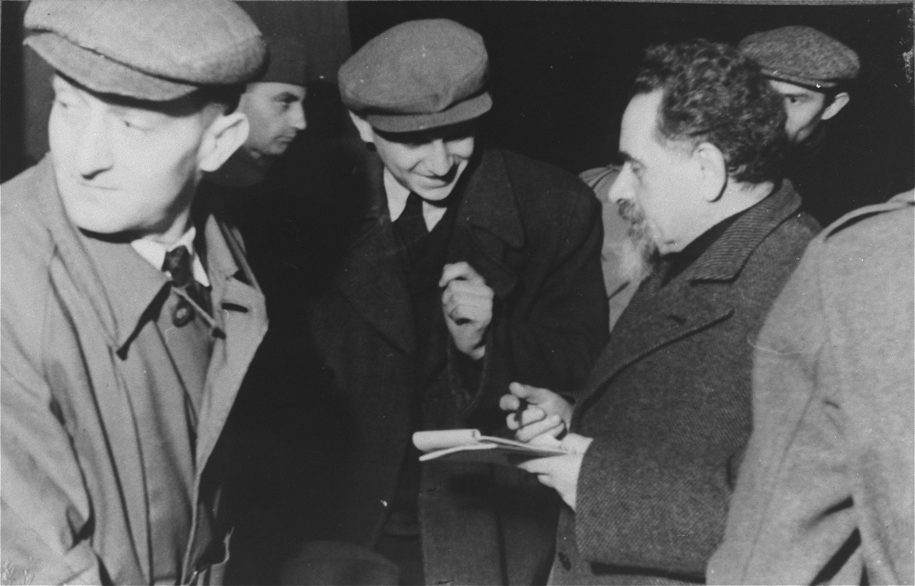 Yitzhak Gruenbaum in conversation with DPs during his visit to the Zeilsheim displaced persons camp.