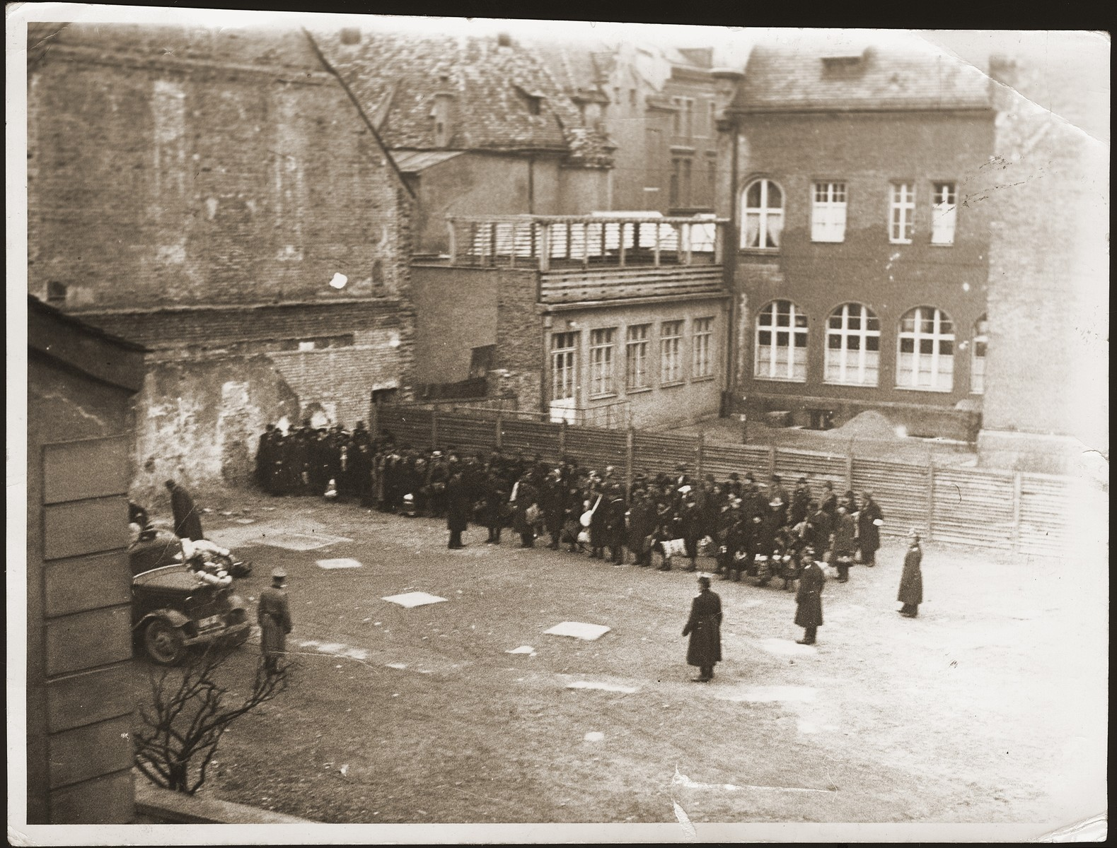 German soldiers rounding up Jews on Francuska Street in the Dombrowa ghetto.