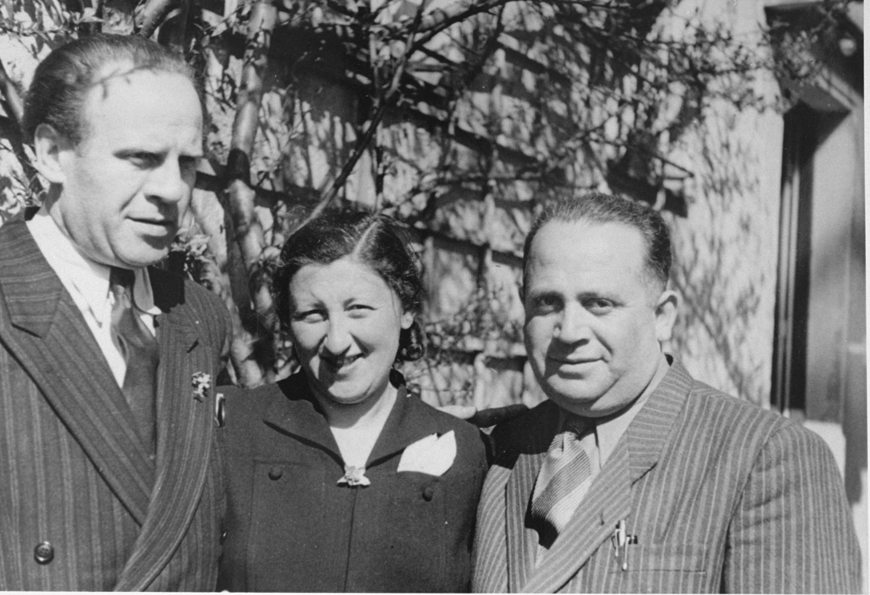 Oskar Schindler with Mrs. Rosner and Mr.Licht at a reunion of Schindlerjuden in Munich in 1946.