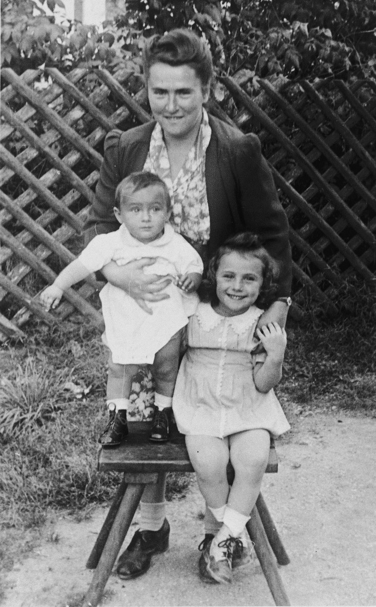 Portrait of Marysia Slepian and her two children, Pauline and Rita, in the Wasseralfingen displaced persons' camp.