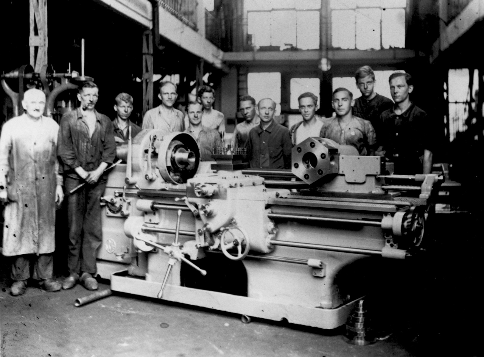 Erwin Jacobowitz (third from the right) as an apprentice in the machine shop of the George Becksfeldt company in Berlin.
