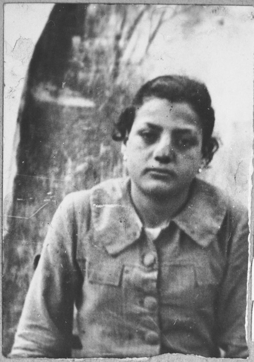 Portrait of Djintil Koen, daughter of Avram Koen.