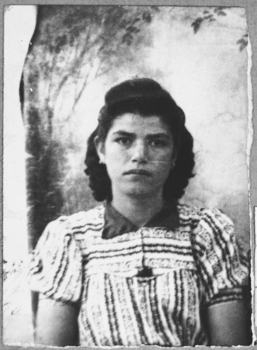 Portrait of Sol Koen, daughter of Aron Koen.  She lived at Karagoryeva 75 in Bitola.