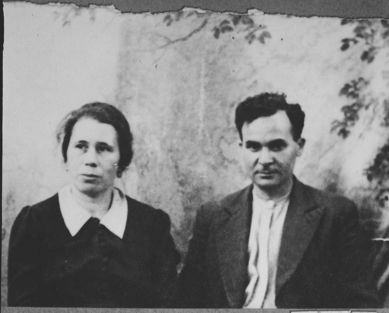 Portrait of Avram Koen, son of Aron Koen, and Avram's wife Perla.  Avram was a grocer.  They lived at Ferizovatska 9 in Bitola.