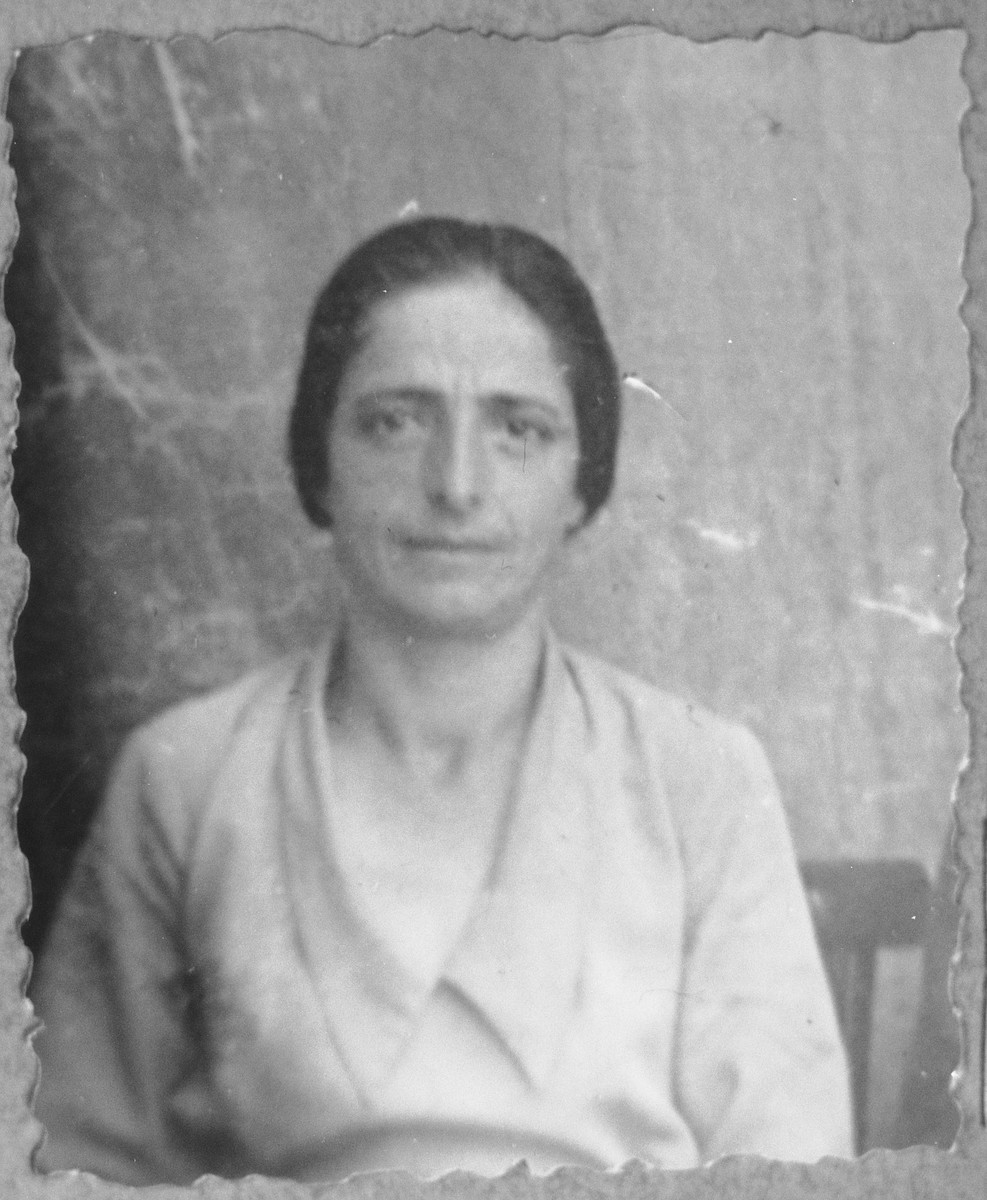 Portrait of Buena Leon, [wife of Mordechai Leon].  She lived on Zmayeva 10 in Bitola.